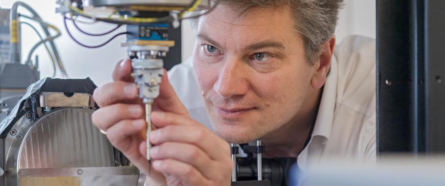 Prof. Franz Pfeiffer montiert eine Probe am Nano-CT-Gerät