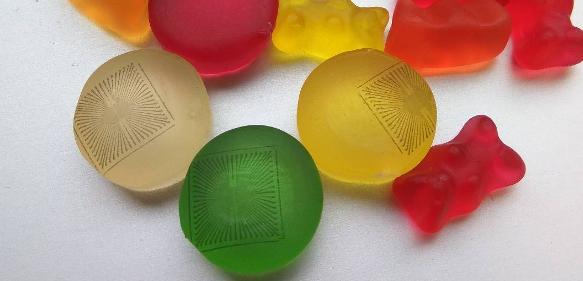 Mikroelektroden-Arrays auf Gelatine: Ein Team um Prof. Wolfrum hat die Sensoren auf Gummi-Süßigkeiten gedruckt. (Bild: N. Adly / TUM)