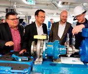 Stefan Pfitzner, Mitarbeiter der Infraserv Höchst Prozesstechnik GmbH, erläutert den Infraserv-Geschäftsführern