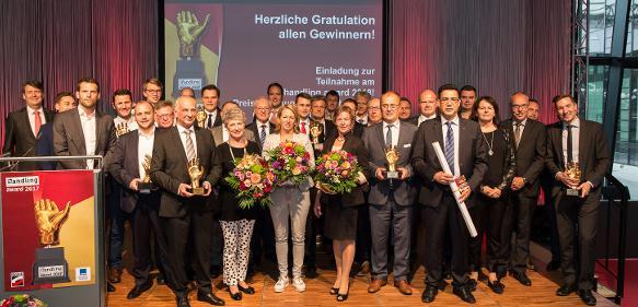 Alle glücklichen Gewinner des handling award 2017 auf der Bühne.