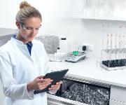 Praktisch: Ein Tablet mit passender App, die selbstständig die Aufzeichnung der Aufbereitungsdaten erledigt – und damit Zeit im Alltag spart. (Bild: Miele)