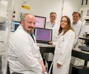 Claus Küpper, Frederik Großerüschkamp, Angela Kallenbach-Thieltges und Klaus Gerwert entwickeln neue Verfahren zur Krebsdiagnose. (RUB, Marquard)
