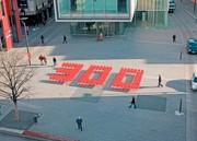 Märkte + Unternehmen: Die Zahl 300 aus roten Stühlen