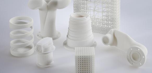 Modellhafte aus dem Polyamid 12-Pulver VESTOSINT® im 3D-Druck hergestellte Bauteile.