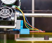 Eine becherartige Form (rechts unten), hergestellt im 3D-Drucker. (Copyright: TU Wien)