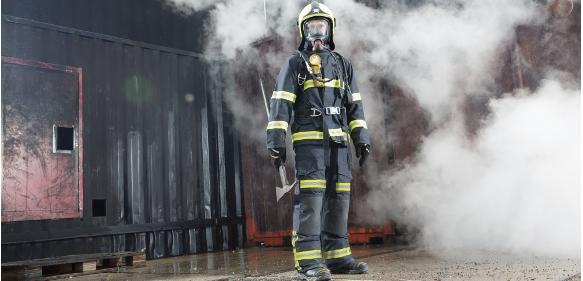 Rundum geschützter Feuerwehrmann