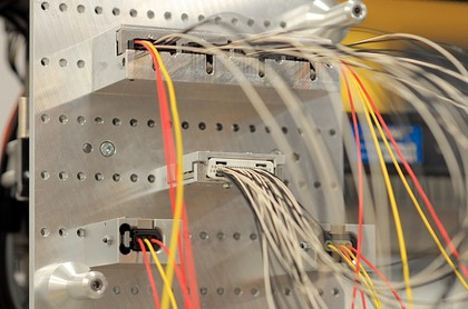 Kabelbaum-Bestückungsroboter Zeta 656: Geschützte Bediener
