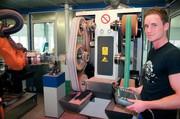 Roboter-Schleifanlage: Erledigt (fast) alles