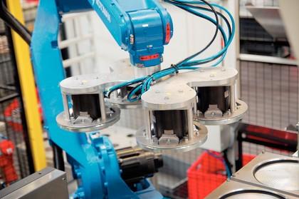 Automatisierung Kunststoffverarbeitung: Kunststoffteile im Griff