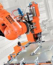Messe: Live-Demo zeigt  spanabhebenden Roboter