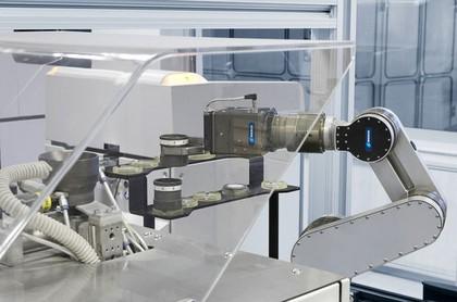 Barrierefreie Mensch-Maschinen-Kooperation in der Laborautomation: Mensch und Roboter: Arm in Arm
