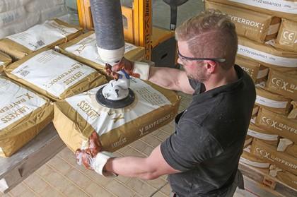 Rohstoff-Handling in Papierfabrik: Säcke sicher im Griff