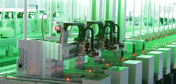 Das kompakte Warenträger-Transportsystem lässt sich im laufenden Betrieb umrüsten. (Foto: IEF-Werner)
