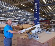 Über die vier Greifpunkte wird das Vakuum des Schlauchhebers optimal auf die schwere Massivholztür übertragen. (Foto: Schmalz)