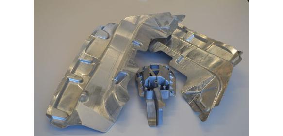 Aluminium-Strukturbauteile werden in der Fertigungslinie von SHL geschliffen, entgratet, gefräst und genietet. (Bild: SHL)
