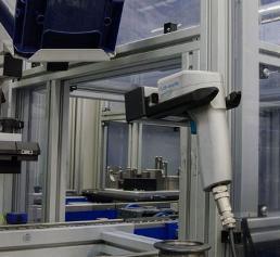 Di-Soric ID-Hammer in der  Aufnahmevorrichtung an der Montagezelle
