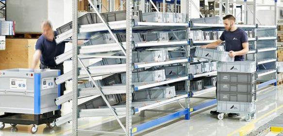 Das Kleinteilelager: Die Stückgut-Durchlaufregalsysteme werden von hinten bestückt, von vorn kann der Mitarbeiter die Teile entnehmen. Der Nachlauf der Behälter erfolgt selbstständig.