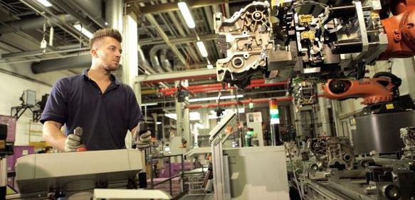 Der Mitarbeiter steuert den Roboter mittels Joystick, um dann in einer angenehmen Körperhaltung die Bauteile auf Fehler prüfen zu können.