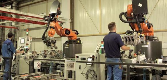 Es stehen zwei Kuka-Roboter aus der KR-Quantec-Serie für den Prüfvorgang der Kurbelgehäuse an der Linie.