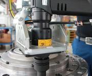Schrauber und Schraubstelle: In den flexiblen Handlingarm ist ein elektronisch gesteuerter Tensor-Revo-Schrauber mit Sensoren für Drehmoment und Drehwinkel eingespannt. (Bild: Atlas Copco Tools)