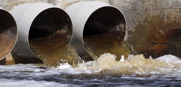 Industrieabwasser fließt aus Rohren