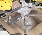 Das Raffen der Beutel und Handlingaufgaben in der Zelle übernehmen zwei LR Mate-Roboter mit eigenem Controller. (Bilder: ASA)