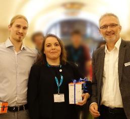 Gewinner des Poster Award: Thomas Rabi (li.) und Verad Duganzic mit Witec-Geschäftsführer Joachim Koenen (re.) (Bild: Witec)