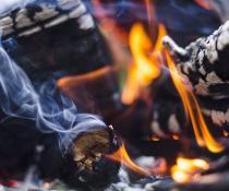 Brennendes und rauchendes Holz