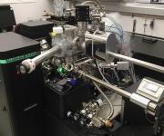Der Atomsonden-Tomograph der ETH Zürich mit den metallfarbenen Aufbauten, welche die Messung von mit flüssigem Stickstoff gekühlten Proben ermöglichen. (Bild: ETH Zürich / Stephan Gerstl)