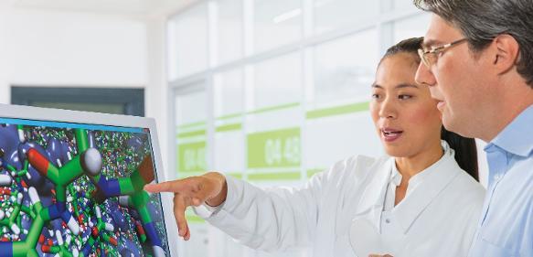 Dr. Fangfang Chu und Dr. Eduard Schreiner diskutieren