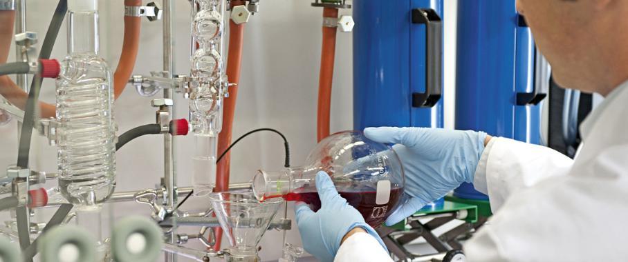 Ein Chemietechniker bereitet bei BASF eine Reaktionsapparatur für die Synthese neuer halbleitender Graphenmaterialien vor.