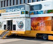 """Im Mittelpunkt der BMBF-Initiative """"BIOTechnikum: Erlebnis Forschung – Gesundheit, Ernährung, Umwelt"""" steht die mobile Erlebniswelt BIOTechnikum: ein doppelstöckiger Truck, der Raum eröffnet für Wissenschaft zum Anfassen und den Dialog über die Biotechnologie. (© Initiative """"BIOTechnikum: Erlebnis Forschung – Gesundheit, Ernährung, Umwelt"""")"""