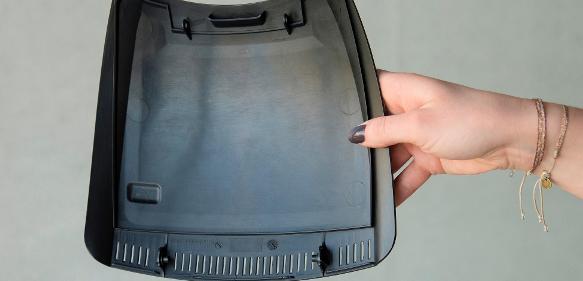 Gehäusedeckel hergestellt aus einem Gemisch von Polyhydroxy-Buttersäure (PHB) mit Polypropylencarbonat. PHB ist sehr spröde. Die Mischung sorgt für bessere Materialeigenschaften. Polypropylencarbonat kann aus dem Klimagas Kohlendioxid hergestellt werden. (Bild: Andreas Battenberg / TUM)