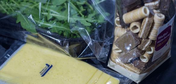 Dank bioabbaubaren Funktionsschichten schützen Lebensmittelverpackungen die Waren künftig vor Gerüchen, Wasserdampf und Sauerstoff. (Bild: Fraunhofer ISC)