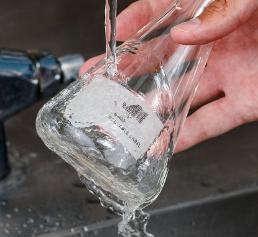 Das wasserlösliche Papieretikett B-403 von Brady Corporation löst sich nach Kontakt mit warmem Wasser innerhalb von 30 Sekunden vollständig auf. (Bild: Brady)