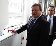 Ceramtec CEO setzt neue Anlage in Gang