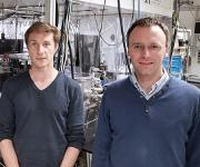 Haben einen Weg gefunden, um ultraschnelle Prozesse im Labor zu untersuchen: die ETH-Forscher Yoann Pertot und Hans Jakob Wörner. (Bild: ETH Zürich / Florian Meyer)