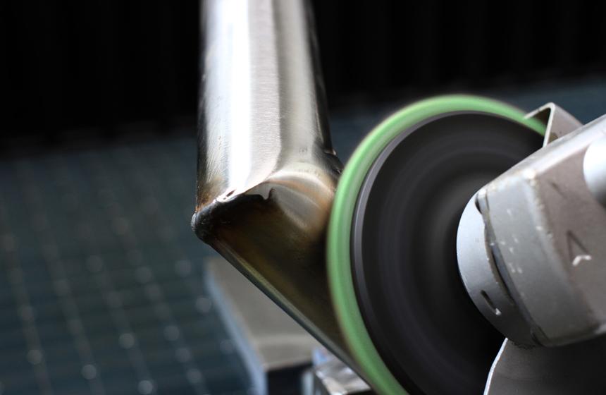 Eisenblätter verbessert Schweißnahtbehandlung:: Schleifen mit Vlies