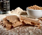 """Aus Erbsenmehl und Wasser sollen vegane """"Schnitzel"""" hergestellt werden, die dem Geschmack eines echten Schweineschnitzels in nichts nachstehen. (© TU Berlin/PR/PhilippArnoldt)"""