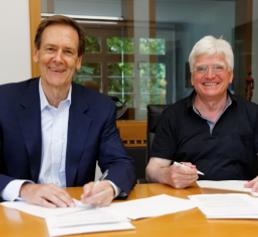 Vertragsunterzeichnung Robert Friel, CEO von PerkinElmer, und Prof. Dr. med, Winfried Stöcker, Vorstandsvorsitzender von Euroimmun