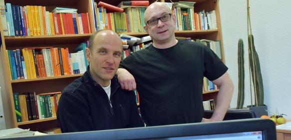 """Prof. Dr. Uwe Hoßfeld (links) und Dr. Georg S. Levit erinnern in """"Nature"""" an 150 Jahre Stammbäume und den Schöpfer Ernst Haeckel. (Foto: Jan-Peter Kasper / FSU)"""