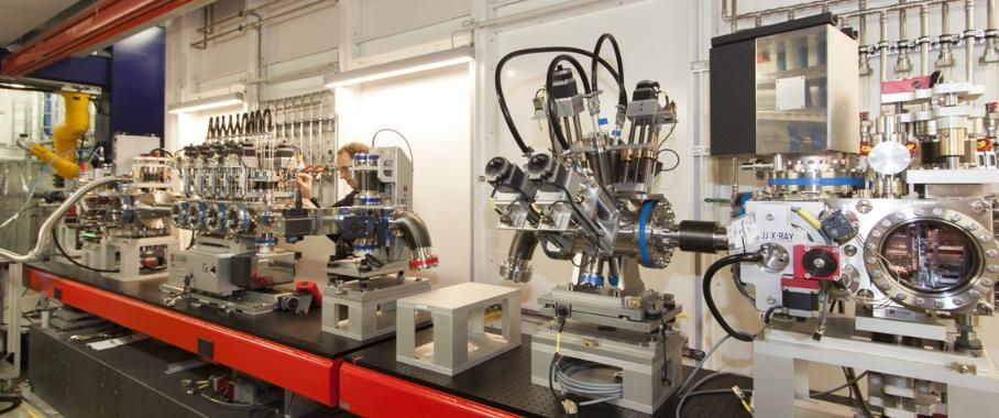 Das FXE-Instrument, das derzeit in seiner Experimentierhütte montiert wird, wird die Untersuchung ultraschneller Prozesse ermöglichen, zu denen beispielsweise entscheidende Zwischenschritte bei chemischen Reaktionen zählen.