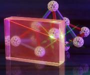 Am neuen Zentrum soll erforscht werden, wie sich Glaseigenschaften verändern und so neue Funktionalitäten entstehen können – wie hier am Spezialglasblock mit besonderen optischen Eigenschaften und Gitter-Modell, an dem Glaschemiker der Universität Jena forschen. (Foto: Jan-Peter Kasper / FSU)