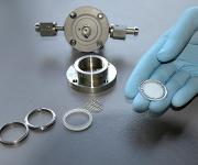 Eine Glaskeramik-Membran, die mit Aluminium und Kunststoff beschichtet ist, lässt nur Lithium-Ionen durch. Für alle anderen Bestandteile der Elektrolytflüssigkeit ist sie undurchlässig. (Urheber Bild / Fotograf: Monika Weiner / TUM)