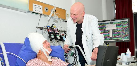 Prof. Dr. Dr. Florian Mormann von der Bonner Uniklinik für Epileptologie mit einer Patientin, die Elektroden implantiert bekommen hat. (© Foto: Rolf Müller / UKB-Ukom)