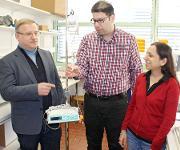 Prof. Dr. Andreas Greiner, Amir Reza Bagheri M.Sc. und Prof. Dr. Seema Agarwal mit dem neuen Infusionssystem in einem Labor der Bayreuther Polymerchemie. (Foto: Christian Wißler)