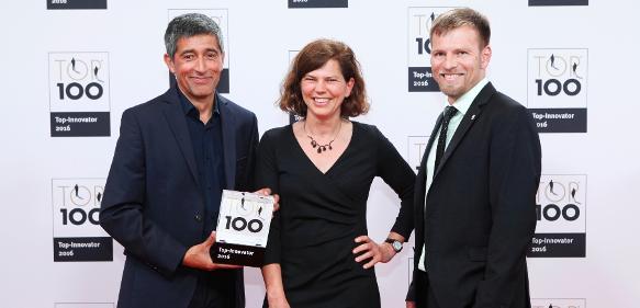 Ranga Yogeshwar überreicht Anke Bördgen und Dr. Marc Diener von Knauer den Top-100-Preis (©KD Busch/compamedia)