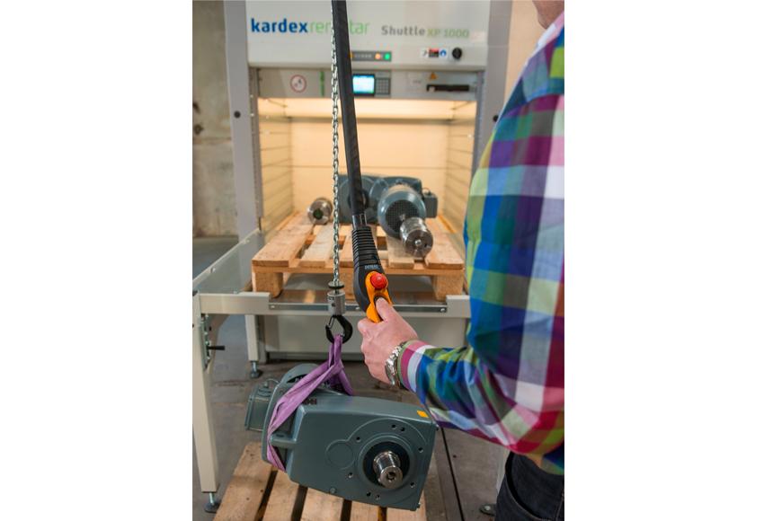 Kardex Remstar erleichtert Schwerguteinlagerung:: Kran am Lift