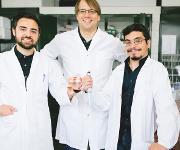 Wollen mehr Biologie in die chemische Industrie bringen: Dennis Reichert, Robert Kourist und Álvaro Gómez Baraibar (von links). (© RUB, Kramer)