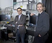 Haben eine Methode entwickelt, mit der sich katalytische Prozesse noch genauer untersuchen lassen (von links): Yasin Ekinci, Waiz Karim und Jeroen van Bokhoven. (Foto: Paul Scherrer Institut / Mahir Dzambegovic)